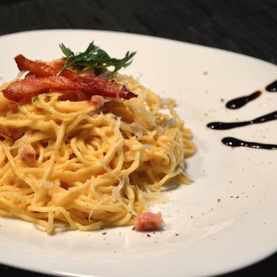 Taí sua estreia na cozinha italiana: um fácil Spaghetti à Carbonara clássico